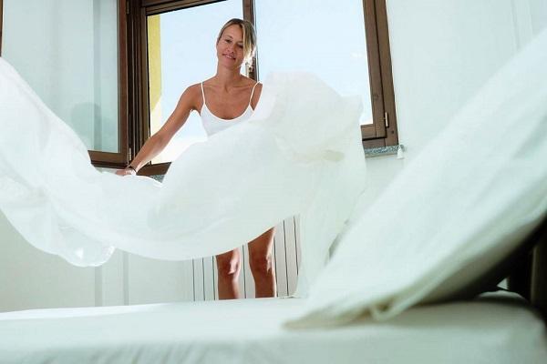 Менять постельное белье